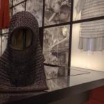 Rekonstruerad ringbrynjehuva som besökarna kan prova