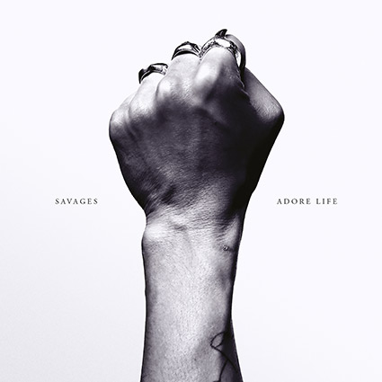 Savages 'Adore Life' recenseras - stilsäker utmaning
